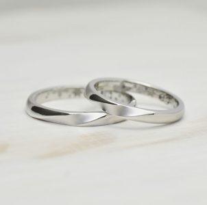 湖水に広がる波紋をデザインしたシンプルな結婚指輪