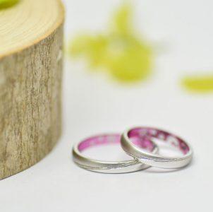 光沢とマット仕上げを斜めラインのミルグレインでシェアした結婚指輪