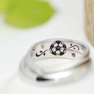趣味のサッカーとイニシャルをカラー彫刻した結婚指輪