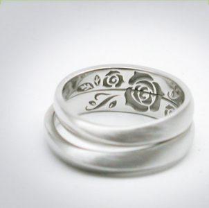 合せると大輪の薔薇が完成する結婚指輪