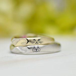 ふたりが大好きな猫と犬の顔を刻んだ結婚指輪
