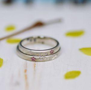 つや消しに手彫りの桜とピンクの小桜をデザインした結婚指輪