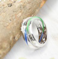 青色と緑色の帯が無限大に繋がるカラー結婚指輪