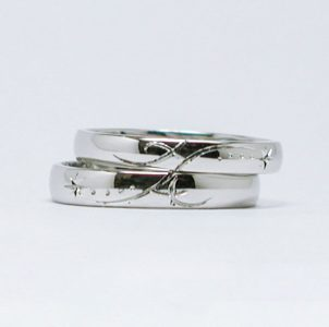 イニシャルと流星をタガネ彫した結婚指輪