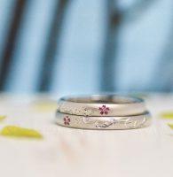 ツタのラインのイニシャルと合わせ桜で結ばれる結婚指輪