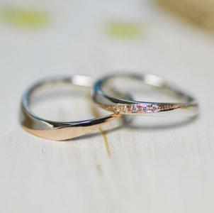 プラチナ台のトップにピンクゴールドをあしらったシンプルな結婚指輪