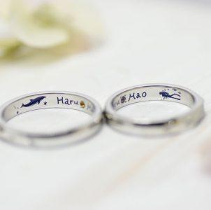イルカとスキューバーダイビングを描いてカラー彫刻した結婚指輪