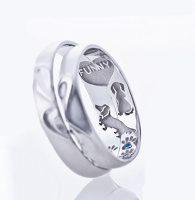 愛犬ダックスフンドと足あとの結婚指輪