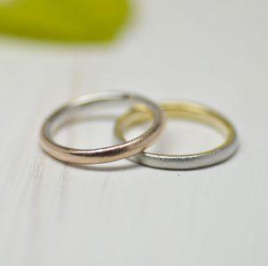 指輪の外側と内側で金種を変えてナチュラルテイストのシンプルな結婚指輪