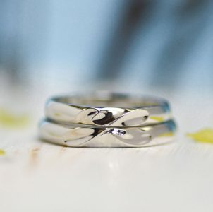 合わせるとイニシャルとハート形が完成する結婚指輪