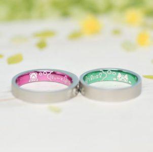 蛙と猫、大切をピンクとグリーンにコートした結婚指輪
