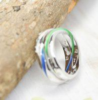 青色と緑色の帯が無限大に繋がる結婚指輪