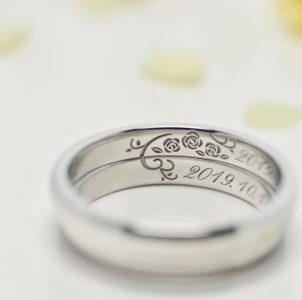 薔薇と記念日を彫刻した結婚指輪
