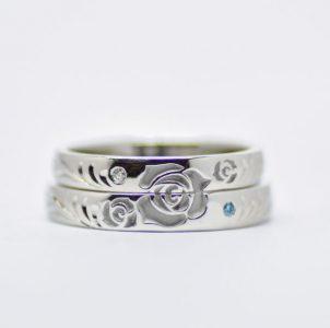 薔薇の花が2本重ね合わせると完成する結婚指輪