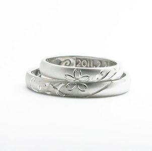 合わせ桜と互いのイニシャルを手彫りした結婚指輪