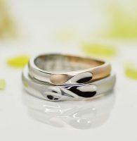 ピンクゴールドとプラチナのコンビのイニシャルハート結婚指輪