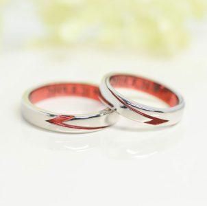 繋がる赤ラインのZに思いを込めた結婚指輪