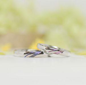 ブルーラインとピンクラインが繋がりひとつになる結婚指輪