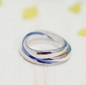 指輪の内から外へ互いの指輪にブルーラインが繋がる結婚指輪