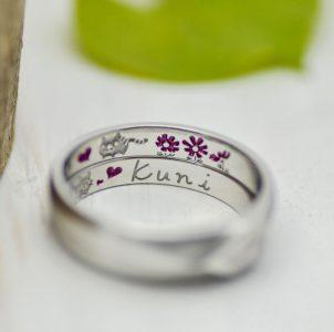 オリジナルキャラクターとコスモスを手描きしたカラー刻印の結婚指輪