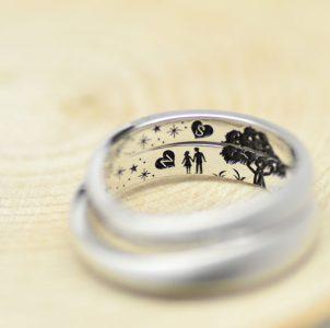 プロポーズのその風景をカラー彫刻した結婚指輪