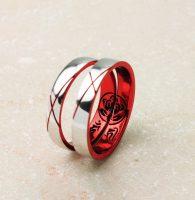 家紋と梵字を紅に黒のカラーコーテイングで彩色した和の結婚指輪