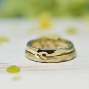 槌目の合間に合わせるとハートが浮かぶシンプルな結婚指輪
