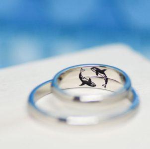 大好きなシャチをカラー彫刻した結婚指輪