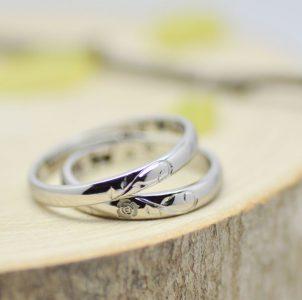 ハートとバラをタガネ彫した結婚指輪