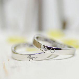 出会いの乗馬を彫刻した結婚指輪