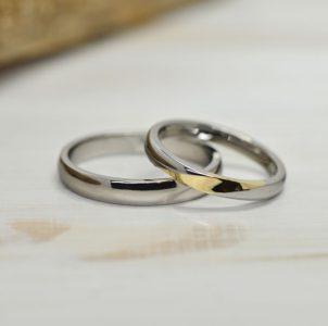湖水の波紋に月が映る様子を表現したシンプルな結婚指輪