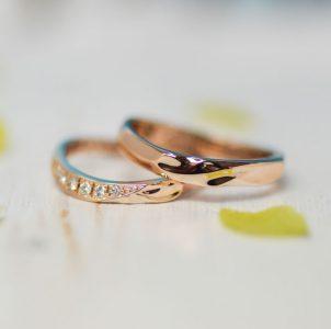 ピンクゴールドにダイヤ煌めくイニシャルデザインの結婚指輪
