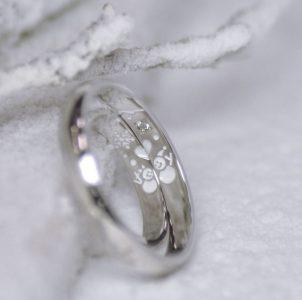 思い出の雪だるまをホワイトカラーに彫刻した結婚指輪