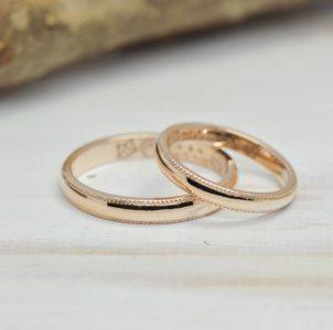 両サイドに繊細なミル加工を施したシンプルな結婚指輪