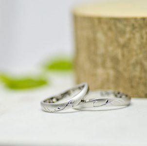 イニシャルを蔦風デザインでタガネ彫した結婚指輪