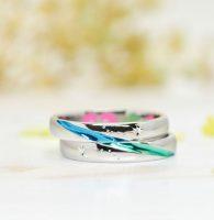 ブルーとグリーン繋がるストライプが絆を表す結婚指輪