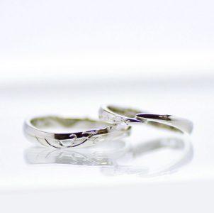 互いのイニシャルをタガネ彫したシンプルな結婚指輪