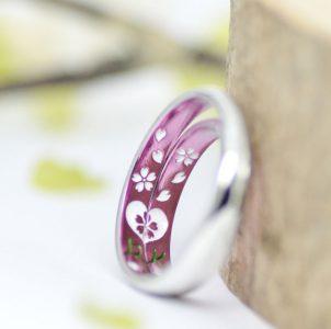 桜舞う結婚指輪をピンクカラーに染めた結婚指輪