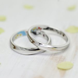斜めラインを立体的に造形したシンプルな結婚指輪