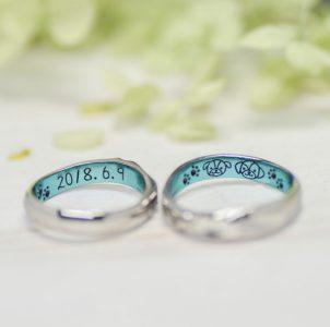 愛犬と記念日をブルーカラーコートした結婚指輪
