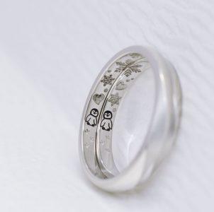 ペンギンと雪の結晶の彫刻した結婚指輪