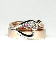 合わせるとハート形になるデザインの結婚指輪