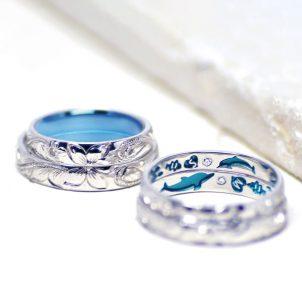 ハワイアンブルーとイルカが仲良く泳ぐ結婚指輪