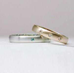 ヘアライン仕上げにドットのダイヤモンドが輝く結婚指輪