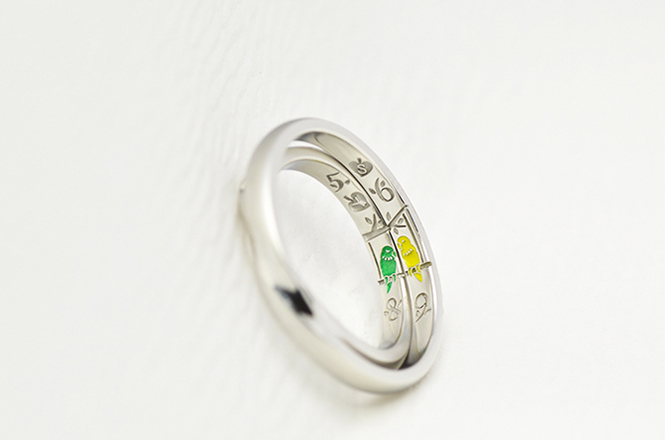 結婚指輪を合わせると、仲良くブランコで揺れるコザクラインコの姿が!