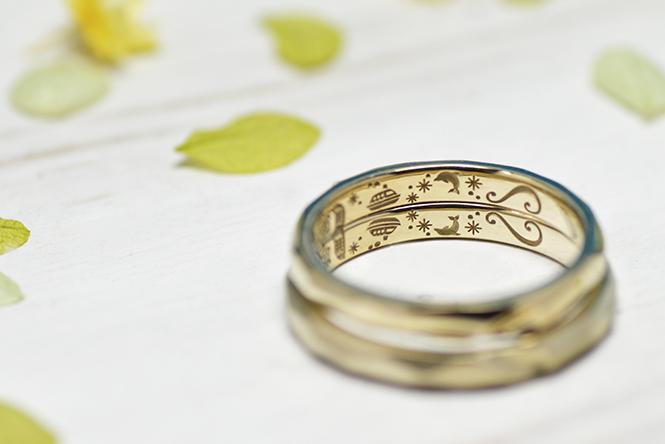おふたりの指輪を合わせると、波しぶきがハートの形に!