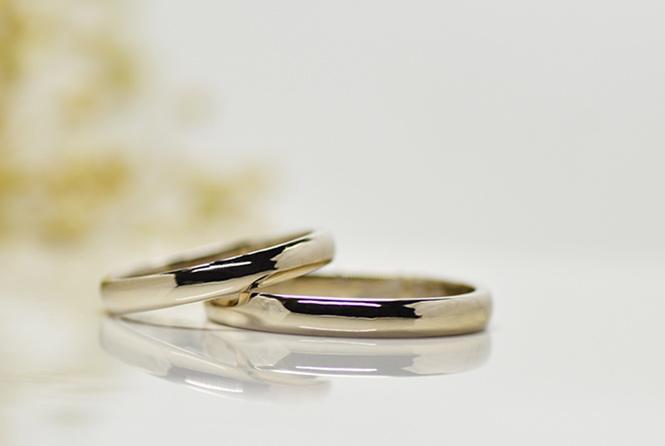 シンプルなデザイン。平甲丸の結婚指輪