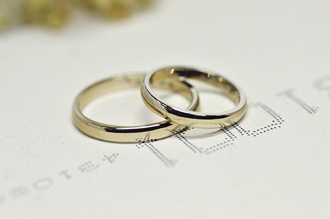 シャンパン色が美しい、ナチュラルカラーのホワイトゴールド製結婚指輪。