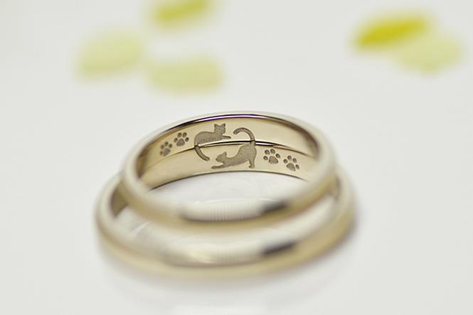 結婚指輪の内側には、仲良くじゃれあう2匹のネコちゃんのシルエットを彫刻。